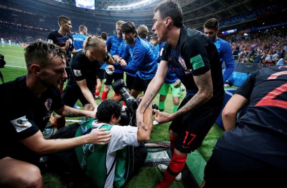 el fotografo aplastado en el mundial durante el festejo de croacia 10