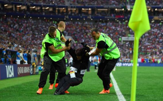 pussy riot invaden la cancha de la final del mundial 2