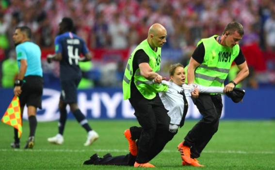 pussy riot invaden la cancha de la final del mundial 6