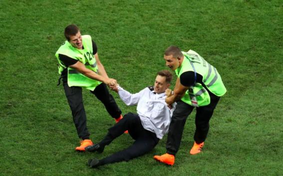 pussy riot invaden la cancha de la final del mundial 7