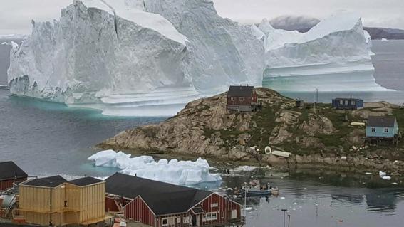 enorme iceberg amenza a aldea en greolandia 1