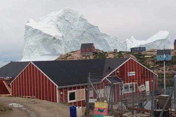enorme iceberg amenza a aldea en greolandia 2