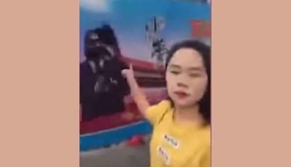 detienen a mujer china por arrojarle tinta a una foto del presidente 1