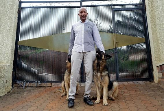 fotografias de yana paskova sobre extincion de perros en ruanda 3