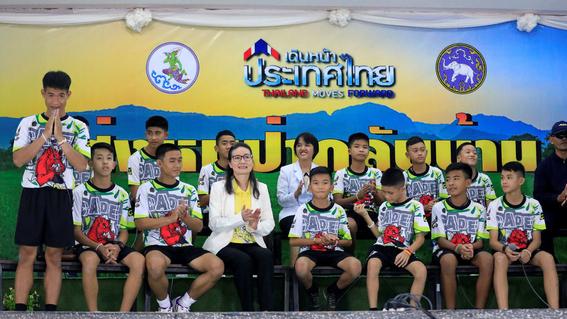 ninos de tailandia hablan por primera vez con prensa 2