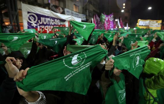 que significa el panuelo verde a favor del aborto en argentina 1