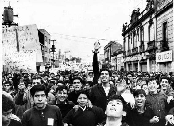26 de julio policias reprimen a estudiantes en la calle madero 1