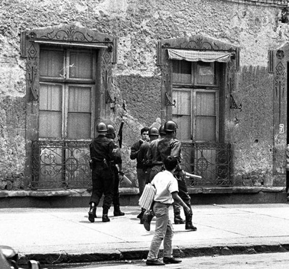 26 de julio policias reprimen a estudiantes en la calle madero 3