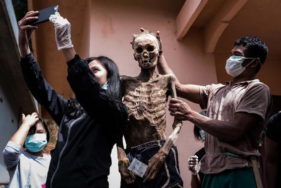 fotos del pueblo que desentierra a sus muertos 17