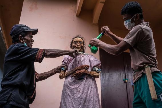 fotos del pueblo que desentierra a sus muertos 11
