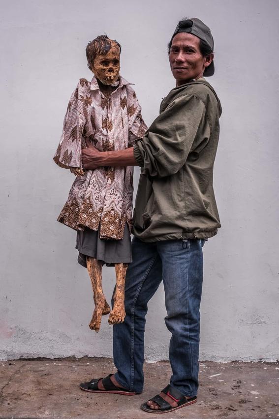 fotos del pueblo que desentierra a sus muertos 12