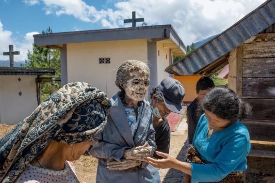 fotos del pueblo que desentierra a sus muertos 3