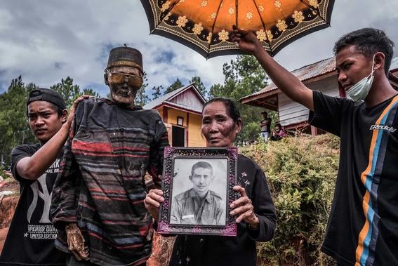 fotos del pueblo que desentierra a sus muertos 4