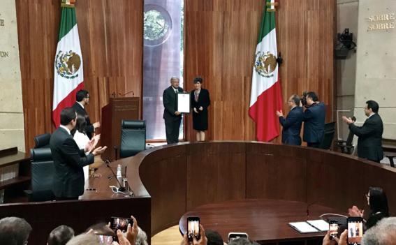amlo recibe su constancia de presidente electo de mexico 1