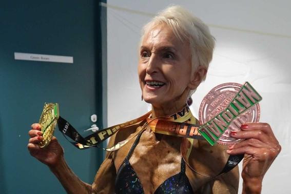 abuela fisicoculturista que sigue dieta desnuda 2
