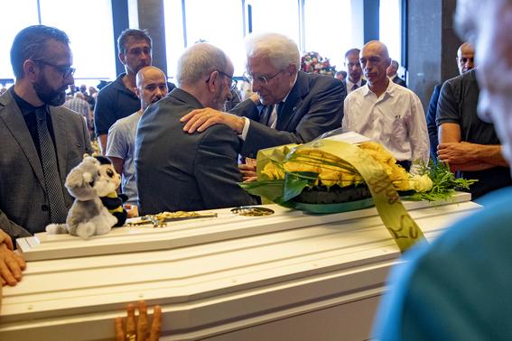 ceremonia de despedida en italia por victimas del puente de genova 1