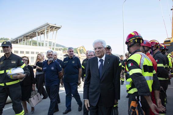 ceremonia de despedida en italia por victimas del puente de genova 2