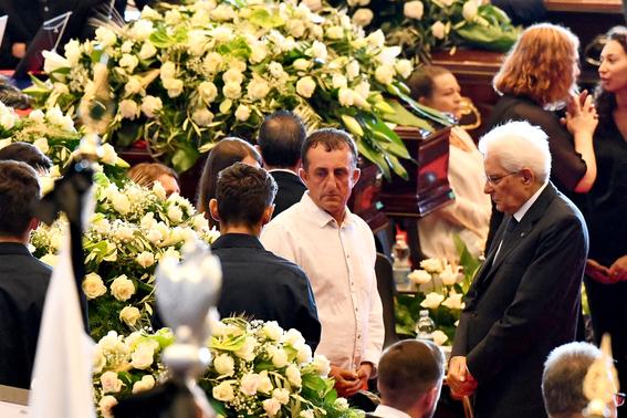 ceremonia de despedida en italia por victimas del puente de genova 3
