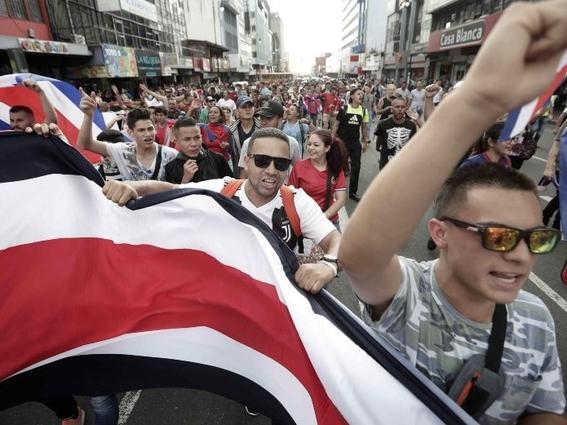 manifestacion con simbolos nazis en costa rica contra migrantes nicaragüenses 2