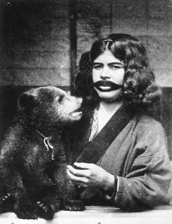 ritual ainu japones de amamantar a los osos 2