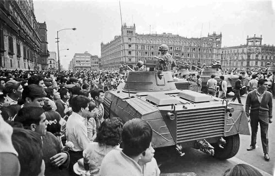 militares desalojan del zocalo al movimiento estudiantil 2