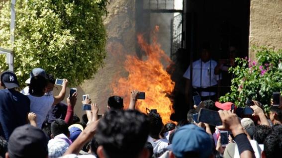 pobladores de acatlan puebla queman a presuntos roba chicos 2