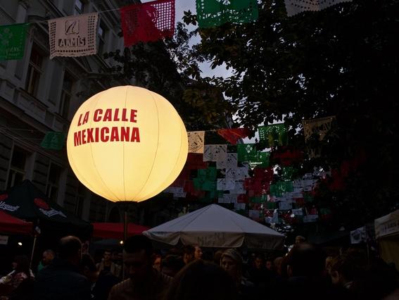 calle mexicana en la ciudad de praga en republica checa para la celebracion de la independencia 3