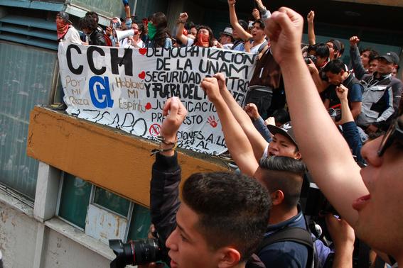 miles de estudiantes marchan en ciudad universitaria 4