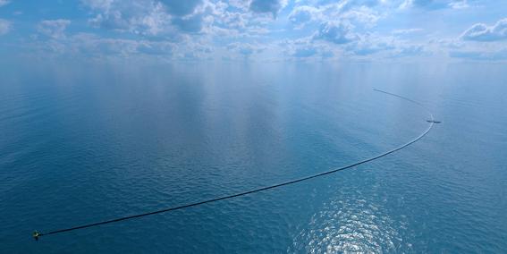 ocean cleanup enorme tubo para limpiar el oceano 3