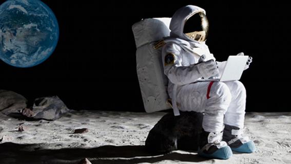 el primer turista que viajara a la luna 1