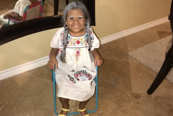 2e87edaa6 Niña de 5 años explota las redes con su adorable disfraz de Mama ...