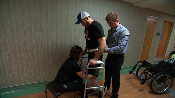 paraplejico logra caminar bajo estimulacion electrica 1