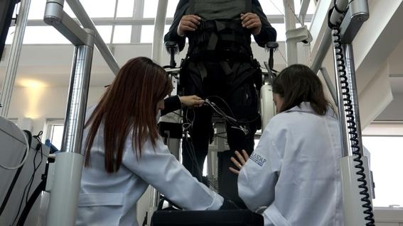 paraplejico logra caminar bajo estimulacion electrica 3