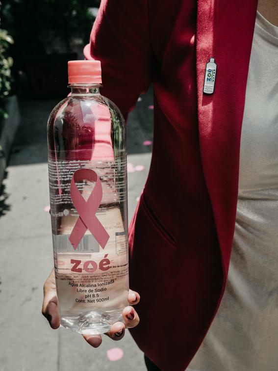zoe water lanza campana para lucha contra cancer de mama 1