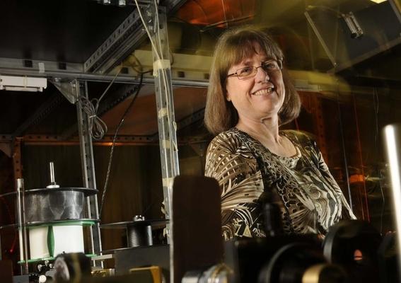 donna strickland ganadora del premio nobel de fisica 2