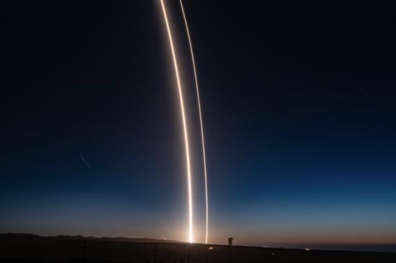 spacex lanza falcon 9 cohete de elon musk que ilumino el cielo 3
