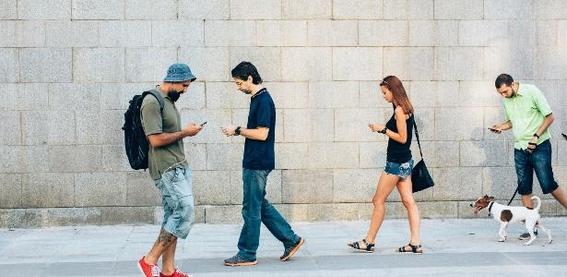 mexicanos fingen usar su celular para ignorar 4