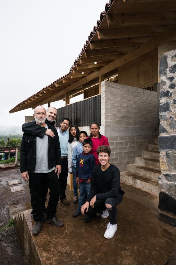 fotografias de miguel bose y juanpa zurita entregando casas a los damnificados del 19s 7