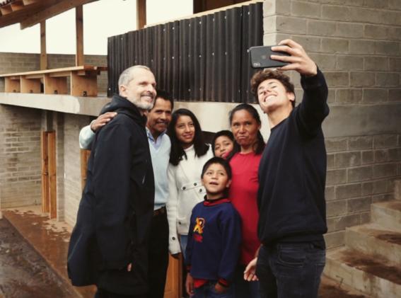 fotografias de miguel bose y juanpa zurita entregando casas a los damnificados del 19s 13