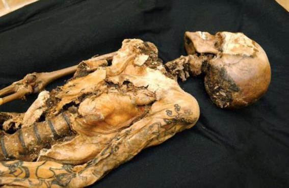 encuentran momia de 3 mil anos de antigüedad con tatuajes 2