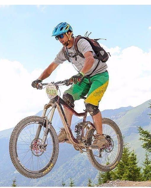 ciclista britanico en los alpes franceses 1