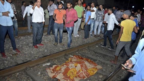 tren arrolla multitud en india 2