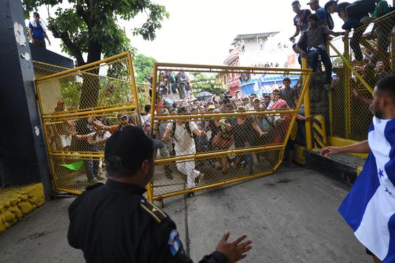 caravana migrante entra a mexico por guatemala 11