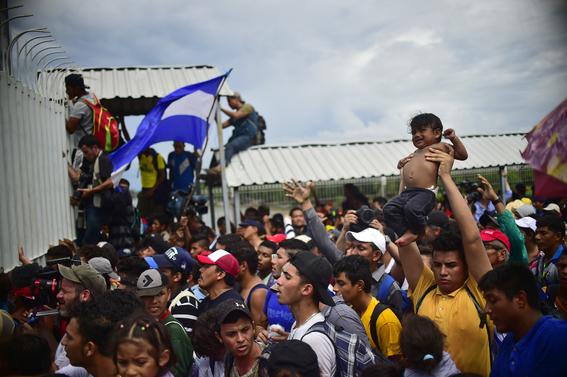 caravana migrante entra a mexico por guatemala 16