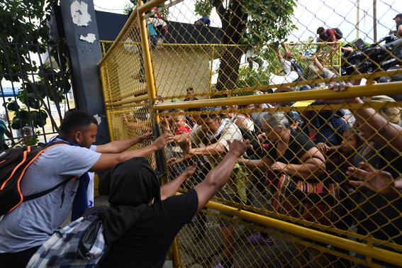 caravana migrante entra a mexico por guatemala 17