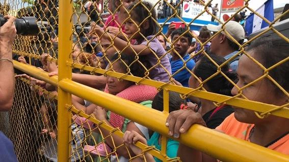 migrantes se arrojan desde el puente para cruzar a bordo de balsas 1