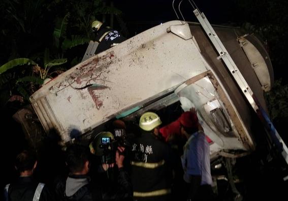 tren descarrila en taiwan y deja 18 muertos 1