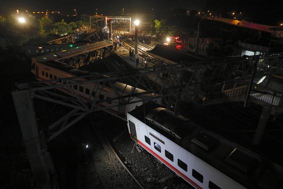 tren descarrila en taiwan y deja 18 muertos 3