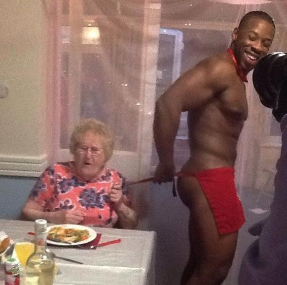 abuelita festeja con strippers en un asilo 2