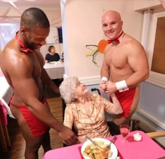 abuelita festeja con strippers en un asilo 4